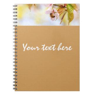Cadernos Espiral Abelha em uma flor da cereja