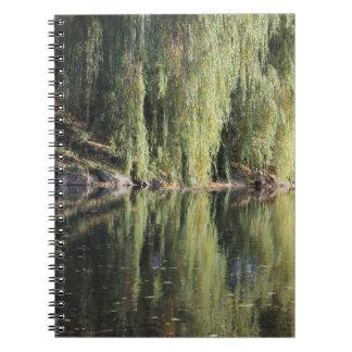 Cadernos Espiral Árvores de salgueiro refletidas no rio