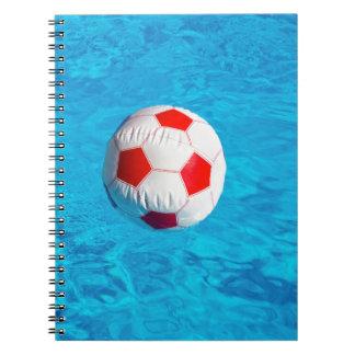 Cadernos Espiral Bola de praia que flutua na piscina azul