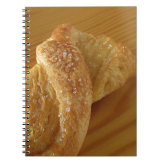 Cadernos Espiral Bolo frito em uma mesa de madeira com açúcar
