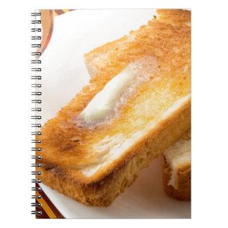 Cadernos Espiral Brinde quente com manteiga em um fim-acima branco