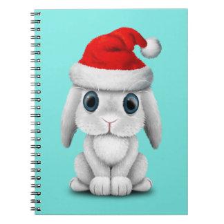 Cadernos Espiral Coelho branco do bebê que veste um chapéu do papai