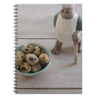 Cadernos Espiral Coelho & ovos em uma bacia
