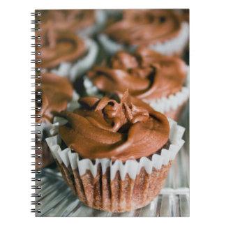 Cadernos Espiral Cupcakes do fosco do chocolate em uma foto da