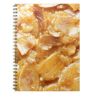 Cadernos Espiral Macro de divisores da amêndoa em um bolo