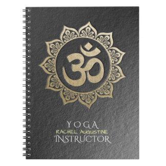 Cadernos Espiral Mandala de OM do preto & do ouro do instrutor da