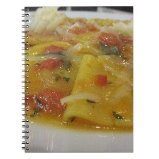Cadernos Espiral Massa caseiro com molho de tomate, cebola,