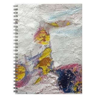 Cadernos Espiral Menina bonito em uns trabalhos artísticos