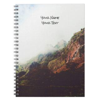 Cadernos Espiral Montanhas enevoadas, cena de relaxamento da