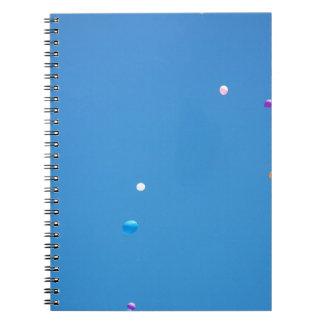 Cadernos Espiral Os balões coloridos liberaram-se em um céu azul