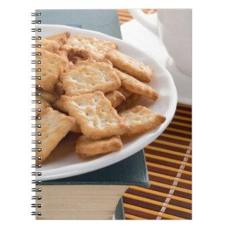 Cadernos Espiral Placa branca com os biscoitos no livro velho