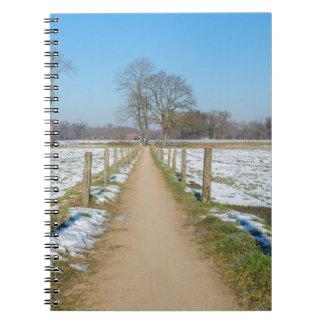 Cadernos Espiral Sandpath entre prados nevado no inverno holandês