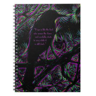 Cadernos Espiral Um pássaro preto com um elétrico Trippy edita
