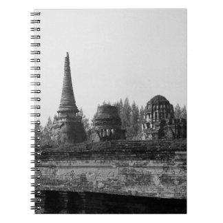 Cadernos Espiral Uma imagem preto e branco de um templo velho