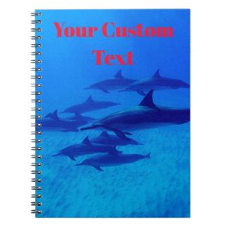 Cadernos Golfinhos que nadam no mar azul