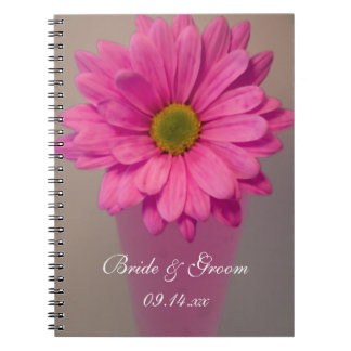 Cadernos Margarida cor-de-rosa no casamento do vaso