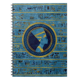 Cadernos Nefertiti dourado na pedra de mármore azul
