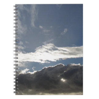 Cadernos O céu com as nuvens e o sol de cúmulo-nimbo dos