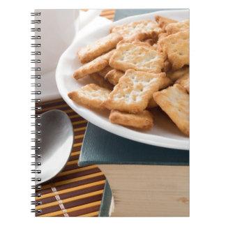 Cadernos Placa branca com os biscoitos no livro velho