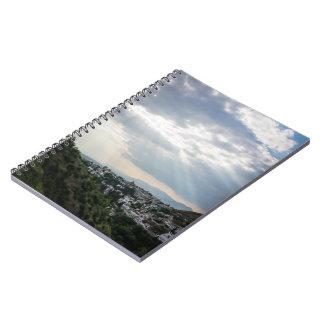 Cadernos Raios de luz solar filtrados através das nuvens de