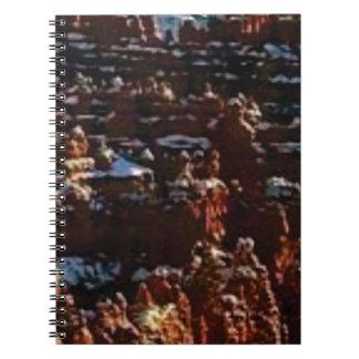 Cadernos rochas vermelhas na glória da montanha