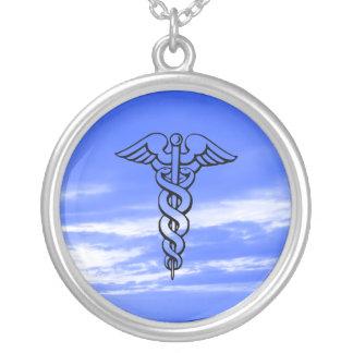 Caduceus que nutre a profissão médica do símbolo colar banhado a prata