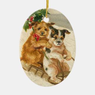 Cães do vintage em uns enfeites de natal do trenó