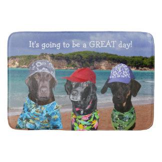 Cães engraçados na esteira de banho da praia tapete de banheiro
