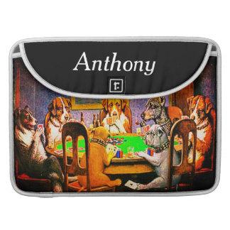 Cães que jogam o póquer um amigo na necessidade capa para MacBook pro