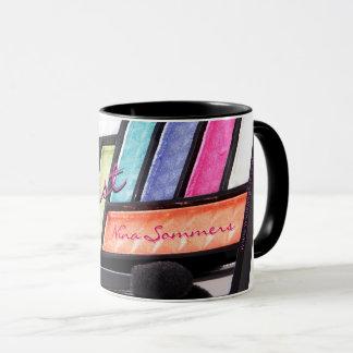 Café colorido da paleta da sombra do maquilhador caneca