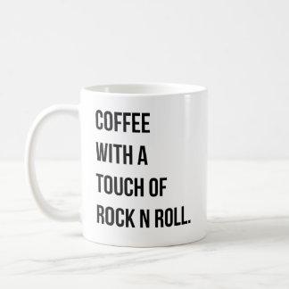 Café com um toque da caneca do rolo da rocha n