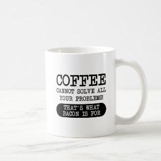 Café contra a caneca engraçada do bacon