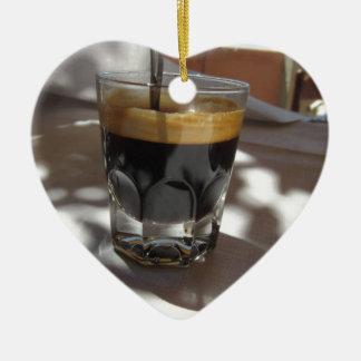 Café do café com a casca do rum, do açúcar e de ornamento de cerâmica