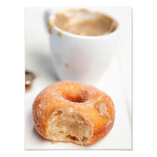 Café e uma rosquinha para o pequeno almoço impressão de foto