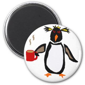 Café engraçado do bebendo do pinguim imã