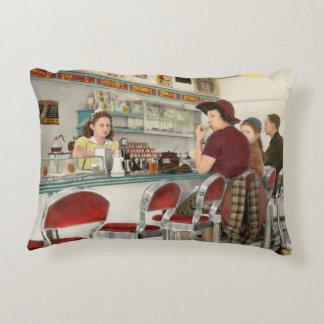 Café - o lugar frequentado local 1941 almofada decorativa