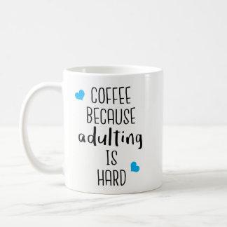 Café porque Adulting é duro - café da novidade Caneca De Café