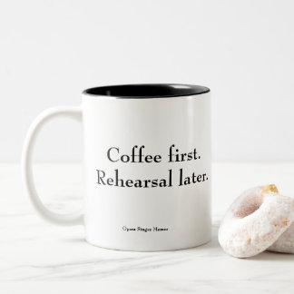 """""""Café primeiro. Ensaio mais tarde."""" caneca de café"""