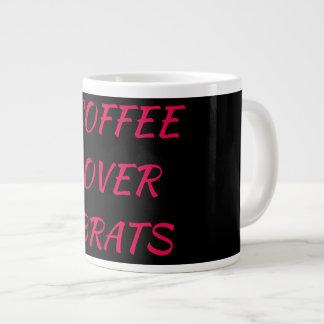 Café sobre a caneca dos pirralhos