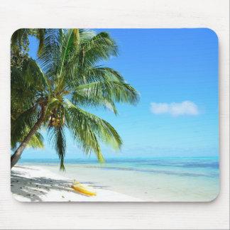 Caiaque amarelo em uma praia branca da areia mouse pad