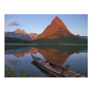 Caiaque de madeira no lago Swiftcurrent no nascer  Cartao Postal