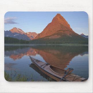 Caiaque de madeira no lago Swiftcurrent no nascer  Mouse Pad