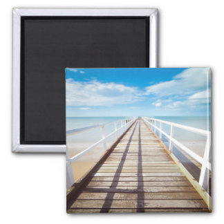 Cais de madeira bonito, doca, praia, céu azul de ímã quadrado
