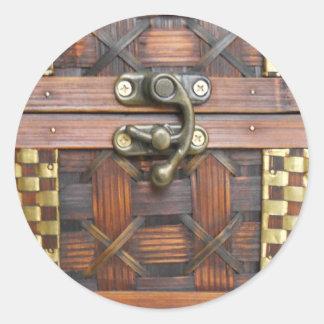 Caixa de madeira com trava do metal adesivos redondos