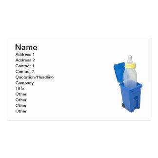 Caixa de reciclagem com garrafa de bebê cartão de visita