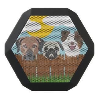 Caixa De Som Preta Com Bluetooth Cães afortunados da ilustração em uma cerca de