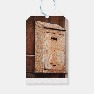 Caixa postal oxidada fora etiqueta para presente