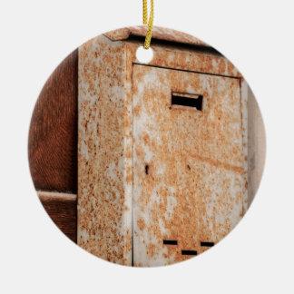 Caixa postal oxidada fora ornamento de cerâmica redondo