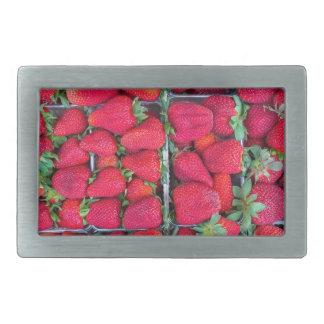 Caixas enchidas com as morangos vermelhas
