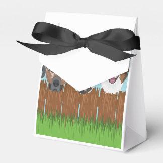 Caixinha De Lembrancinhas Cães afortunados da ilustração em uma cerca de